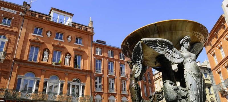 Foutaine à Toulouse et bâtiment en brique toulousaine