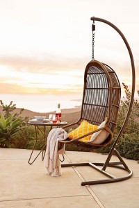 fauteuil-suspendu-jardin-coussins-table-appoint-boissons