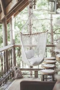 fauteuil-suspendu-jardin-coussins-table-appoint-boissons. 2