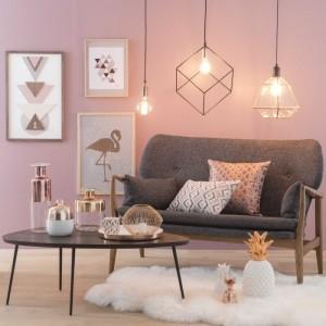 table-basse-noire-déco-salon-peinture-rose-poudré-parquet-bois-clair-canapé-gris-et-bois-coussin-motifs-géométriques-objets-cuivre-cadre-photo-bois-imprimés-motifs-scandinave-et-tropicaux